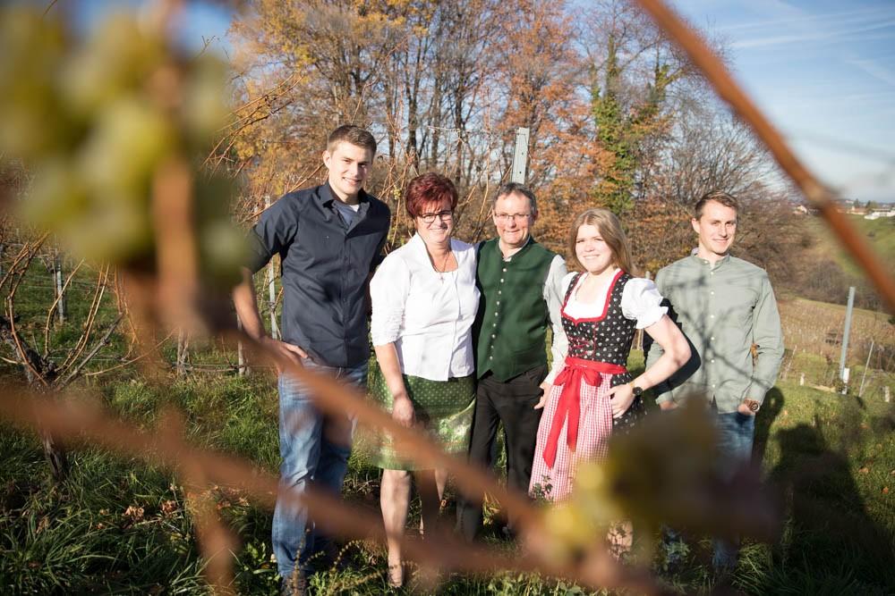 Familie Hütter im Weingarten