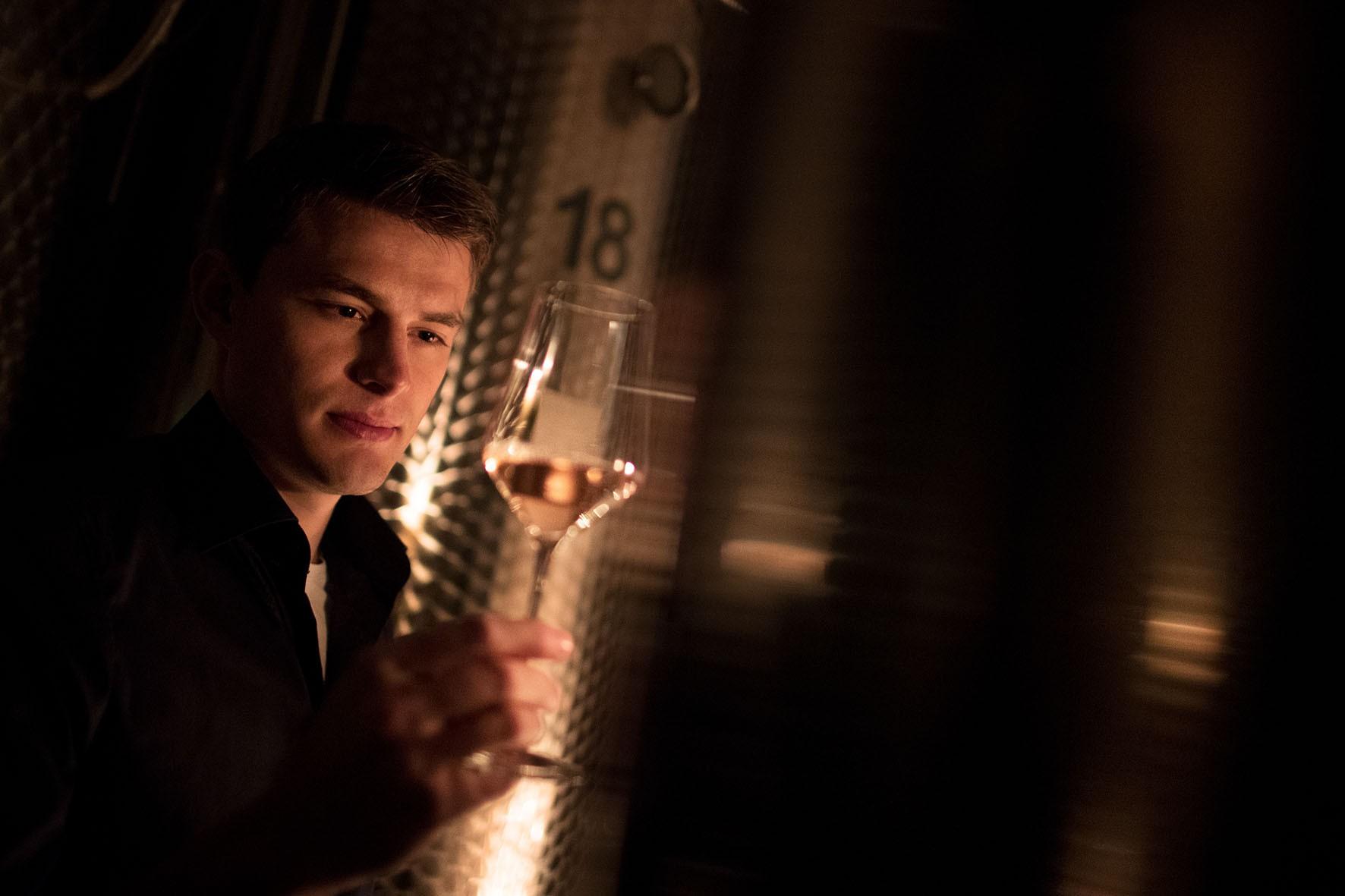 Stefan Hütter im Weinkeller